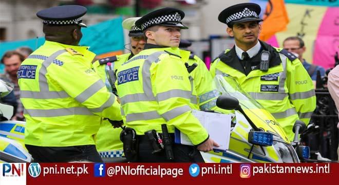 لندن میں پولیس اہلکاروں نے ایک سیاہ فام شخص کو پیٹ ڈالا، پولیس کو اس کے پاس تیز دھار آلے کا شبہ تھا لیکن ۔۔۔۔۔