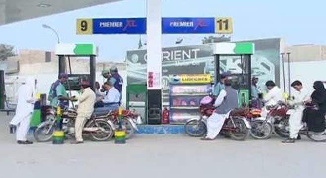 انتظار کی گھڑیاں ختم، حکومت نے پیٹرول کی قیمتیں اتنی کم کر دیں کہ شہریوں خوشی سے نہال