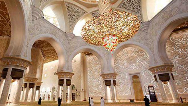 وہ مسجد جہاں دنیا کا سب سے بڑا فانوس نصب ہے ، یہ خوبصورت مسجد کہاں واقع ہے؟