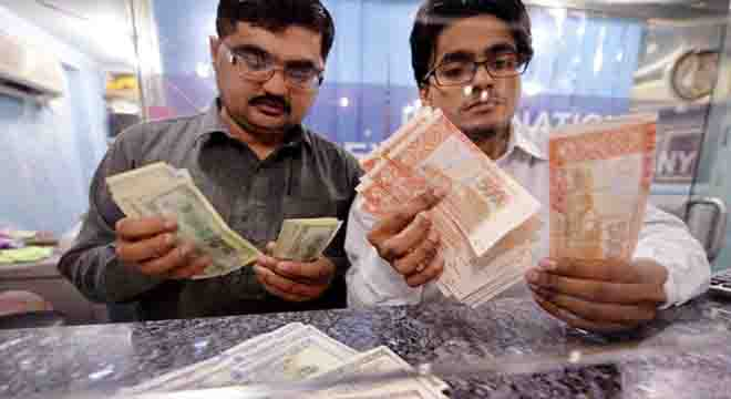 ڈالر کی قدر دن بدن بڑھنے لگی، امریکی کرنسی کی خریداری میں کتنے فیصد اضافہ ہو گیا؟ کرنسی ماہرین نے بھی خطرے کی گھنٹی بجا دی